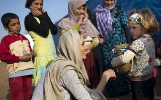 Χρησιμοποιώντας την λάμψη της χολιγουντιανής σταρ, ανάγκασε για άλλη μια φορά να στρέψει τα ΜΜΕ στα προβλήματα των προσφύγων. Η Angelina Jolie, βρέθηκε ως πρέσβειρα των Ηνωμένων Εθνών, στην κοιλάδα Μπεκαά του Λιβάνου, για να συναντηθεί με πρόσφυγες από την Συρία και να ακούσει τα προβλήματά τους. (AP Photo/UNHCR/A. McConnell)