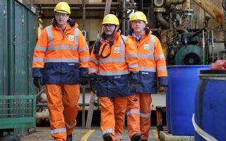 Ο πρωθυπουργός David Cameron, βρέθηκε στην πλατφόρμα άντλησης πετρελαίου της BP στην Βόρεια Θάλασσα, περίπου 100 χιλιόμετρα ανατολικά από το Aberdeen  της Σκωτίας. Ο λόγος σοβαρότατος και αποτελεί από τώρα αντικείμενο συνομιλιών: το μέλλον του κλάδου του πετρελαίου μετά το δημοψήφισμα ανεξαρτησίας της Σκωτίας.  AFP PHOTO / POOL / ANDY BUCHANAN