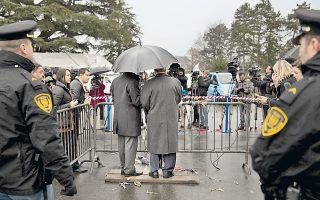 Ο Σύρος υφυπουργός Εξωτερικών Φαϊζάλ Μεκτάντ (κέντρο-δεξιά) ενημερώνει τους δημοσιογράφους ενόψει του δεύτερου γύρου των ειρηνευτικών διαπραγματεύσεων στη Γενεύη.