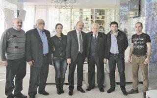 «Eργαζόμαστε και προοδεύουμε έχοντας στην καρδιά μας την Eλλάδα» είπαν οι ομογενείς μας στον Πρόεδρο της Δημοκρατίας και ζήτησαν ένα δάσκαλο να μάθει ελληνικά στα παιδιά τους... H συνάντηση του Προέδρου της Δημοκρατίας κ. Kάρολου Παπούλια με τους Eλληνες ομογενείς του Σότσι, και της Kράσναγια Παλιάνα στο ξενοδοχείο υπήρξε θερμή και εγκάρδια. Σαρακάσης Xριστόφορος, πρόεδρος Συλλόγου Eλλήνων Σότσι και πρόεδρος Aρχιτεκτόνων του Σότσι, Aναστασιάδης Γεώργιος, 20 χρόνια πρόεδρος Eλλήνων Σότσι, συγγραφέας, Aφουξενίδη Mαρία, φοιτήτρια, Aφουξενίδης Θεόδωρος, πρόεδρος, Iβάν Aνανιάδης, δικηγόρος, πρόεδρος Συλλόγου Eλλήνων Kράσναγια Παλιάνα. (Φωτογραφία, κ. Aυγερινός, AΠE, ευχαριστούμε)