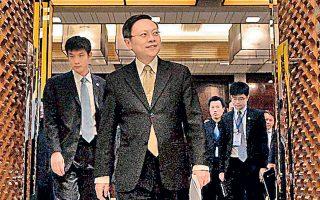 Ο Ταϊβανέζος αξιωματούχος Ουάνγκ Γουτσί (κέντρο) προσέρχεται σε συνέντευξη Τύπου μετά τη συνάντησή του με τον Κινέζο ομόλογό του Ζανγκ Ζιτζούν.
