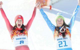 Η Ντομινίκ Γκιζίν (αριστ.) από την Ελβετία και η Τίνα Μέιζ από τη Σλοβενία έγραψαν ιστορία στο Σότσι. Τερμάτισαν μαζί στην κατάβαση και μοιράστηκαν το χρυσό.