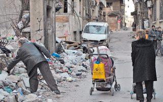 Ανάμεσα στα συντρίμμια που προκάλεσαν οι βομβαρδισμοί του κυβερνητικού στρατού, Σύρος πασχίζει να βρει κάτι χρήσιμο για την επιβίωση της οικογένειάς του, σε πολιορκούμενο θύλακο των ανταρτών, στην Παλιά Πόλη της Χομς.