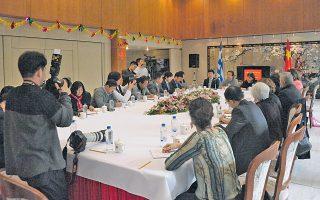 Κινέζοι ζωγράφοι συναντήθηκαν με Ελληνες καλλιτέχνες στην πρεσβεία της Λαϊκής Δημοκρατίας της Κίνας στην Αθήνα.