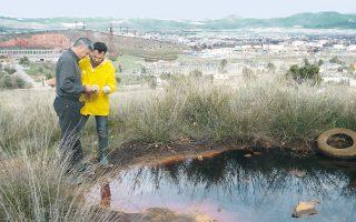 Υπάλληλοι της Διεύθυνσης Περιβάλλοντος της Περιφέρειας Δυτικής Αττικής παίρνουν δείγμα από μια λίμνη με τοξικά απόβλητα ακριβώς δίπλα στα σπίτια του οικισμού Νεόκτιστα στον Ασπρόπυργο. Η περιοχή χρησιμοποιείται από επιτήδειους ως ανοιχτή χωματερή λυμάτων, μπάζων και κάθε είδους αποβλήτων.
