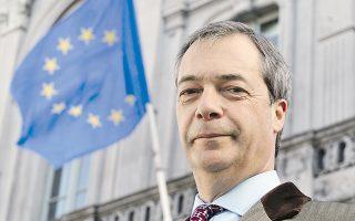 Ο ηγέτης του UKIP, Ν. Φάρατζ, μπροστά από τη σημαία της Ε.Ε. στις Βρυξέλλες.