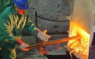 Οσα από τα εργοστάσια δεν έχουν κλείσει έχουν περιορίσει στο ελάχιστο την παραγωγή τους και αναγκάζονται να λειτουργούν στη χαμηλή νυχτερινή ζώνη της ΔΕΗ για να περιορίσουν το ενεργειακό κόστος.