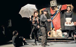 Σκηνή από την παράσταση με το έργο «Ασμα για το σκιάχτρο της Λουζιτάνιας» του Πέτερ Βάις σε σκηνοθεσία Θανάση Παπαγεωργίου.