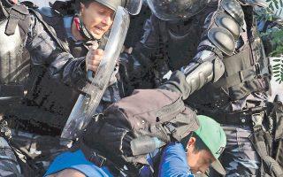 Οι ταραχές μαίνονται σε πολλές πόλεις της Βραζιλίας. Πριν από λίγες μέρες ένας καμεραμάν χτυπήθηκε από αντικείμενο που εκτόξευσαν διαδηλωτές ή η αστυνομία και έχασε τη μάχη για να κρατηθεί στη ζωή.