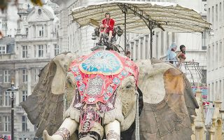 Τεράστιος μηχανικός ελέφαντας στους δρόμους του Λονδίνου. Χάπενινγκ βασισμένο σε μια ιστορία του Ιουλίου Βερν, με αφορμή τα εκατό χρόνια από τον θάνατο του Γάλλου συγγραφέα.