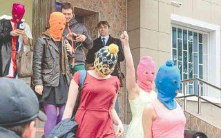 Τα μέλη των Pussy Riot τη στιγμή που εγκαταλείπουν το αστυνομικό τμήμα του Αντλερ.