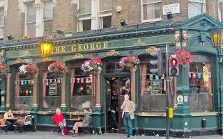 Η παμπ The George σερβίρει τους πελάτες της από τα τέλη του 17ου αιώνα στο λονδρέζικο δημοτικό διαμέρισμα της Φιτζρόβια.