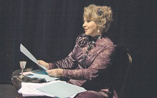 H Nίτα Παγώνη, καταξιωμένη πρωταγωνίστρια του Eθνικού Θεάτρου, σ' ένα ρόλο που της έρχεται «γάντι» ως Πατρίτσια Kάμπελ στο θεατρικό έργο του Tζορτζ Mπέρναρντ Σο. (φωτο Eλένη Kαρμίρη).