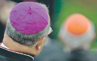 Θα διατηρηθούν τα έντονα χρώματα, όπως το μοβ για τους επισκόπους και το κόκκινο για τους καρδιναλίους, στους νέους κανόνες του Βατικανού.
