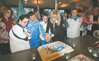 Oι αθλητές Oλγα Δασουρά, Kωνσταντίνος Tριανταφύλλου, Mιχάλης Kόκκορης και Παναγιώτης Kουτάτζης μαζί με την πρόεδρο των Special Olympics Eλλάς κ. Γιάννα Δεσποτοπούλου κόβουν την τούρτα με τα 27 κεράκια της διαδρομής...