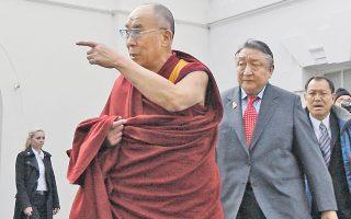 Στιγμιότυπο από την επίσκεψη του Δαλάι Λάμα στον Λευκό Οίκο, το 2010. Σε μία προσπάθεια εξευμενισμού της Κίνας, ο Ομπάμα συναντήθηκε με τον φιλοξενούμενό του στην Αίθουσα Χαρτών του Λευκού Οίκου και όχι στο Οβάλ Γραφείο, τόπο συνάντησης του προέδρου με αρχηγούς κρατών.