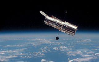 Το διαστημικό τηλεσκόπιο Hubble, «βετεράνος» της αστρονομικής παρατήρησης. Από το 1990, οπότε και τέθηκε σε λειτουργία, έχει φωτίσει σημαντικές πτυχές της σύγχρονης αστροφυσικής, όπως την ταχύτητα με την οποία διαστέλλεται το Σύμπαν.