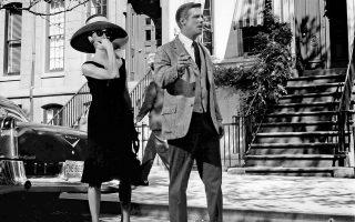 Οντρεϊ Χέμπορν και Τζορτζ Πέπαρντ, οι δύο βασικοί πρωταγωνιστές της κινηματογραφικής μεταφοράς της νουβέλας «Πρόγευμα στο Τίφανις» του Τρούμαν Καπότε. Οι διαπραγματεύσεις για την έκδοση του βιβλίου κράτησαν πολύ, αφού ο Αμερικανός συγγραφέας έφτασε στην Πάρο τον Ιούνιο του 1958.