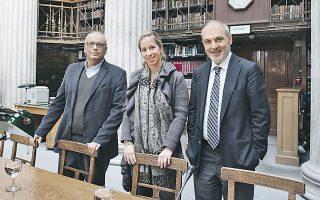 Ο Σταύρος Ζουμπουλάκης, η Λένια Βλαβιανού και ο Γιάννης Τροχόπουλος, στην Εθνική Βιβλιοθήκη.