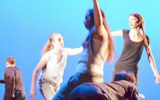 Οι χορογραφίες που δημιούργησαν οι μαθητές με τη βοήθεια των δασκάλων τους χορευτών εντυπωσίασαν.