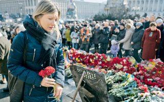 Λουλούδια στη μνήμη των ανθρώπων που χάθηκαν στις ταραχές των τελευταίων ημερών καλύπτουν τα οδοφράγματα του Κιέβου, την επαύριο των δραματικών γεγονότων.
