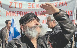 Οι αγρότες που συγκεντρώθηκαν χθες στην Αθήνα από διάφορα μέρη της Ελλάδος δεν ήσαν μόνον οι προσκείμενοι στο ΚΚΕ, αλλά και στον ΣΥΡΙΖΑ. Το αποκαλύπτει το Burberry κασκόλ του δεύτερου κυρίου από αριστερά στο βάθος.