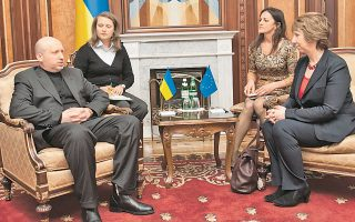 Ο προσωρινός πρωθυπουργός Ολεξάντρ Τουρτσίνοφ κατά τη χθεσινή συνάντησή του με την Κάθριν Αστον, υπεύθυνη Εξωτερικής Πολιτικής της Ε.Ε.