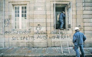 Η δυναμική επέμβαση της αστυνομίας εναντίον των συγκεντρωμένων στη Νάντη, το Σάββατο, έστειλε είκοσι διαδηλωτές στο νοσοκομείο, εκ των οποίων ο ένας έχασε το μάτι του.
