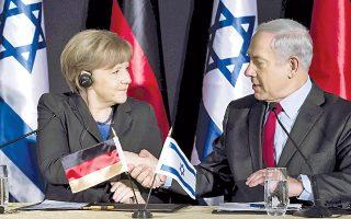 Τη χειραψία και τα χαμόγελα απαθανάτισε ο φακός, μεταξύ της Γερμανίδας καγκελαρίου Αγκελα Μέρκελ και του Ισραηλινού πρωθυπουργού Μπέντζαμιν Νετανιάχου, στη χθεσινή τους κοινή συνέντευξη Τύπου στην Ιερουσαλήμ. Στην επίσημη επίσκεψή της στο Ισραήλ, η κ. Μέρκελ άσκησε, όμως, κριτική στην αρνητική στάση του κ. Νετανιάχου σε ό,τι αφορά τη διαπραγμάτευση με το Ιράν, ενώ επέκρινε και την εποικιστική πολιτική του Ισραήλ στην κατεχόμενη Δυτική Οχθη.