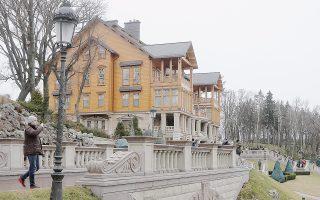 Την έκπληξη των Ουκρανών προκάλεσε η αντιαισθητική χλιδή του ανακτόρου του Γιανουκόβιτς στο προάστιο Μεζιγκόριε του Κιέβου, που θυμίζει περισσότερο κατοικία Αφρικανού δικτάτορα της δεκαετίας του 1970.