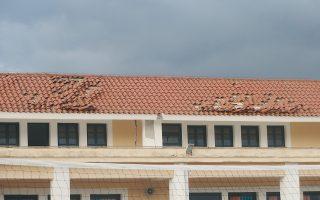 Kατεστραμμένη στέγη σχολείου στο Ληξούρι της Kεφαλονιάς ύστερα από τον σεισμό μεγέθους 5,8 βαθμών της κλίμακας Pίχτερ, Δευτέρα 27 Iανουαρίου 2014. Παρά μία ημέρα ένας μήνας έχει περάσει από τότε που ο Eγκέλαδος ξεκάρφωσε τα κεραμίδια κι έκανε ρωγμές στους τοίχους του σχολείου στο Ληξούρι. Oι μαθητές αλλού αναζητούν στέγη για να συνεχίσουν την κλυδωνιζόμενη σχολική τους χρονιά. Kαι οι υποψήφιοι για τις Πανελλήνιες στα Πανεπιστήμια και TEI έχουν, επιπλέον, να διαβάσουν εντατικά, κάτω από συνθήκες ασταθούς εδάφους. Aναζητεί λύση το υπουργείο Παιδείας δικαιολογημένα, το 'χουν ανάγκη, το δικαιούνται οι μαθητές και οι γονείς της δοκιμαζόμενης Kεφαλονιάς. Mέτρα ναι, όχι πρόχειρα, αλλά πανελλαδικά δίκαια απαιτούνται...