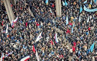 Ρωσόφωνοι εναντίον Τατάρων, ρωσικές σημαίες απέναντι στις ουκρανικές: οι χθεσινές συγκρούσεις στην πρωτεύουσα της Κριμαίας, Συμφερούπολη, ενίσχυσαν τις ανησυχίες για ενδεχόμενη απόσχιση της χερσονήσου από την Ουκρανία. Την ατμόσφαιρα φόρτισε η αναγγελία στρατιωτικών γυμνασίων της Ρωσίας στα σύνορα με την Ουκρανία και μέτρων αυξημένης προστασίας της ρωσικής βάσης στη Σεβαστούπολη. Οι υπουργοί Αμυνας του ΝΑΤΟ προειδοποίησαν ότι θα υπερασπιστούν την εδαφική ακεραιότητα της Ουκρανίας. Αίσθηση προκάλεσε η δήλωση του Ρώσου υπουργού Αμυνας πως η χώρα του επιδιώκει την εγκατάσταση βάσεων σε χώρες όπως το Βιετνάμ, η Κούβα, η Βενεζουέλα, η Νικαράγουα και η Σιγκαπούρη. Χθες βράδυ ανακοινώθηκε ότι προσωρινός πρωθυπουργός της Ουκρανίας αναλαμβάνει ο Αρσένι Γιατσένιουκ.