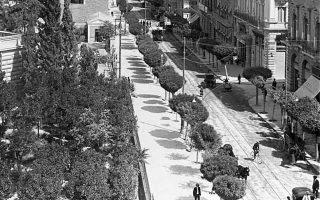 Η οδός Σταδίου, με πεζόδρομο και τραμ, στις αρχές του 20ού αιώνα.