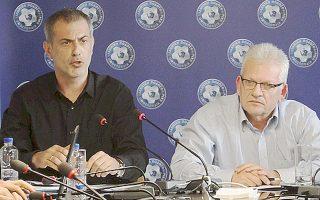 Ο πρόεδρος της ΕΠΟ, Γιώργος Σαρρής (δεξιά) μαζί με τον πρόεδρο της Σούπερ Λιγκ, Γιάννη Μώραλη.