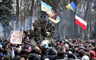 Διαδήλωση έξω από το Κοινοβούλιο του Κιέβου –παρά την αποπομπή Γιανουκόβιτς– με τη συμμετοχή στρατιωτών και πολιτών.