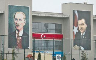 Την ταύτιση του πρωθυπουργού Ερντογάν με τον ιδρυτή του σύγχρονου τουρκικού κράτους αποπειράται η διοίκηση του ποδοσφαιρικού συλλόγου της Γαλατάσαραϊ στην Πόλη.