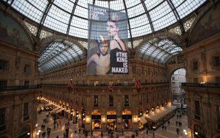 Η Greenpeace διαμαρτύρεται για την μόδα. Από την οροφή της Galleria Vittorio Emanuelle, κρέμασε ένα τεράστιο πανό η περιβαλλοντική οργάνωση Greenpeace με πρωταγωνίστρια το μοντέλο Eugenia Volodina και μότο «Όμορφη μόδα, άσχημα ψέματα;» Η διαμαρτυρία που συνέπεσε με την εβδομάδα μόδας του Μιλάνου, είχε σκοπό να πιέσει τις μεγάλες εταιρίες να δημιουργήσουν μόδα χωρίς την χρήση επικίνδυνων χημικών. EPA/FRANCESCO ALESI / GREENPEACE /