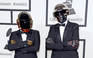 epa04044239 RECROP OF epa04043918 French electronic music duo Daft Punk arrive for the 56th annual Grammy Awards held at the Staples Center in Los Angeles, California, USA, 26 January 2014.  EPA/MICHAEL NELSON