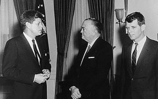 Ο πανίσχυρος διευθυντής του FBI, Εντγκαρ Χούβερ (εδώ σε φωτ. του 1961 συνομιλεί με τον πρόεδρο Τζον Κένεντι –αριστερά–, ενώ ο Ρόμπερτ Κένεντι παρακολουθεί) είχε δώσει την εντολή να υποκλέπτονται τα τηλεγραφήματα των διπλωματικών αποστολών της Ελλάδας, καθώς και άλλων συμμάχων χωρών κατά τη διάρκεια του Β΄ Παγκοσμίου Πολέμου.