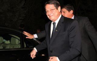 Ο πρόεδρος της Κυπριακής Δημοκρατίας Νίκος Αναστασιάδης (ΦΩΤΟ) κατά την άφιξή του για την άτυπη συνάντηση του με τον Τουρκοκύπριο ηγέτη, Ντερβίς Έρογλου σε εστιατόριο στα όρια της νεκρής ζώνης στη Λευκωσία,  Δευτέρα 25 Νοεμβρίου 2013. Τους δύο ηγέτες συνοδεύουν οι διαπραγματευτές, Ανδρέας Μαυρογιάννης και Οσμάν Ερτούγ και σύμβουλοί τους. ΑΠΕ ΜΠΕ/ΑΠΕ ΜΠΕ/ΚΑΤΙΑ ΧΡΙΣΤΟΔΟΥΛΟΥ