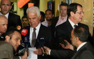 Ο πρόεδρος της Κυπριακής Δημοκρατίας Νίκος Αναστασιάδης (Δ) με τον Τουρκοκύπριο ηγέτη, Ντερβίς Έρογλου (Α) μιλάνε στα μέσα μαζικής ενημέρωσης μετά το τέλος της άτυπης συνάντησης που είχαν σε εστιατόριο στα όρια της νεκρής ζώνης στη Λευκωσία,  Δευτέρα 25 Νοεμβρίου 2013. Τους δύο ηγέτες συνοδεύουν οι διαπραγματευτές, Ανδρέας Μαυρογιάννης και Οσμάν Ερτούγ και σύμβουλοί τους. ΑΠΕ ΜΠΕ/ΑΠΕ ΜΠΕ/ΚΑΤΙΑ ΧΡΙΣΤΟΔΟΥΛΟΥ