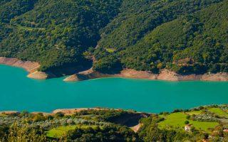 Τέτοιες πανέμορφες εικόνες δημιουργεί η λίμνη των Κρεμαστών, στην «πορεία» της προς τον ποταμό Αγραφιώτη. Φωτό: Κλαίρη Μουσταφέλλου