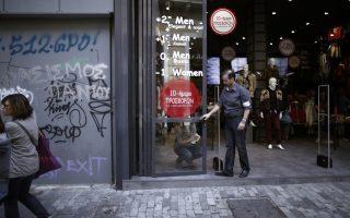 Εργαζόμενοι καταστήματος στήνουν τη βιτρίνα με αναγγελίες εκπτώσεων, Αθήνα, Παρασκευή 01 Νοεμβρίου 2013. Ξεκινά από σήμερα το δεκαήμερο των ενδιάμεσων χειμερινών εκπτώσεων στα καταστήματα. ΑΠΕ-ΜΠΕ/ΑΠΕ-ΜΠΕ/ΑΛΚΗΣ ΚΩΝΣΤΑΝΤΙΝΙΔΗΣ