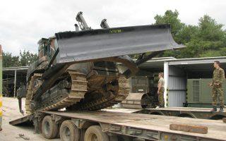 Μπουλντόζα του στρατού λίγο πριν σταλεί στην Κεφαλονιά.