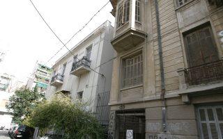 Παλαιά σπίτια στην οδό Τελέστου στην πλατεία Αμερικής, δίπλα και απέναντι από τη Λέσχη Φιλίας του Δήμου Αθηναίων.