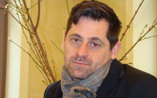 Ο Γάλλος συγγραφέας, σκηνοθέτης-ηθοποιός και νέος καλλιτεχνικός διευθυντής του Φεστιβάλ της Αβινιόν αυτοσυστήνεται μέσα από ένα παιχνίδι αυθόρμητων συνειρμών.