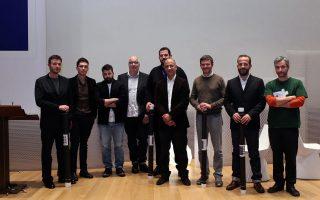 Κατάμεστη η μεγάλη αίθουσα της Στέγης Γραμμάτων και Τεχνών για το ΕΣΩ του 2014. Δεξιά, ομιλητές και διοργανωτές σε αναμνηστική φωτογραφία. Από αριστερά: Σταύρος Μαρτίνος, Τηλέμαχος Ανδριανόπουλος, Κωνσταντίνος Κουδούνης, Μηνάς Κοσμίδης, Βασίλης Μπαρτζώκας, Μέμος Φιλιππίδης, Θωμάς Δοξιάδης, Μιχάλης Αναστασιάδης και Δημήτρης Φακίνος.