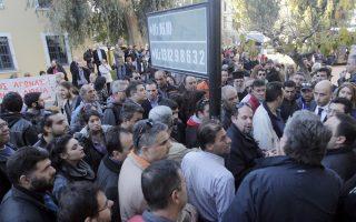Διαμαρτυρία κατοίκων Μαλακάσας και γύρω περιοχών, έξω από τα δικαστήρια χθες το απόγευμα, για τη σύλληψη του δημάρχου Ωρωπού, αντιδημάρχων και μελών του δημοτικού συμβουλίου.