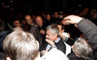 Ο πρόεδρος του  ομίλου πετρελαιοειδών ΕΤΕΚΑ κατά τη μεταφορά του στον Εισαγγελέα Πειραιά.
