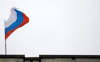 Η ρωσική σημαία κυματίζει σε κυβερνητικό κτίριο στη Συμφερούπολη της Κριμαίας.
